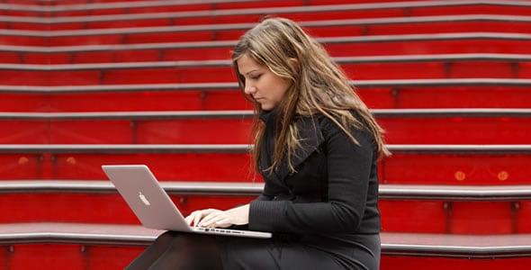 mujer-escribiendo-cronica